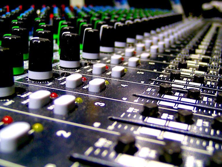Mixare musica rock: batteria, basso e chitarra